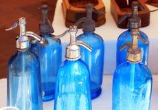 Bouteilles bleues antiques de siphon de soude sur le marché aux puces Images stock