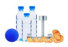 Bouteilles bleues avec l'eau, l'haltère et la boule d'isolement sur le blanc Photo libre de droits