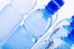 Bouteilles bleues de l'eau image libre de droits
