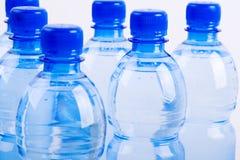 Bouteilles bleues de l'eau images libres de droits