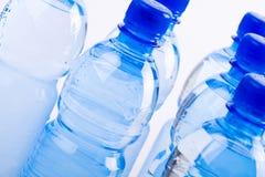 Bouteilles bleues de l'eau photo libre de droits