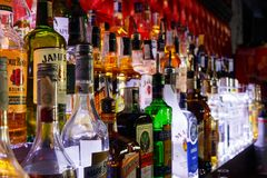 Bouteilles brouillées d'alcool sur une barre image libre de droits