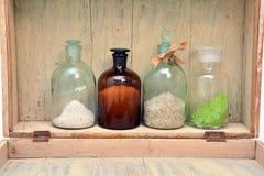 Bouteilles chimiques dans une rangée Photographie stock libre de droits