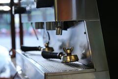 Bouteilles claires placées dans un café Image stock