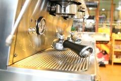 Bouteilles claires placées dans un café Images stock