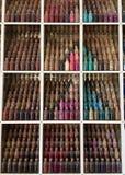 Bouteilles colorées de médecine sur une étagère Image libre de droits