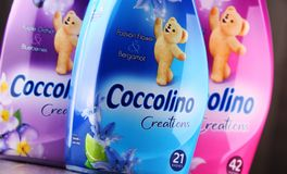 Bouteilles d'adoucissant liquide de Coccolino Photographie stock libre de droits
