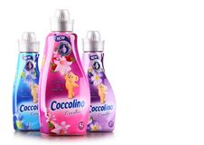 Bouteilles d'adoucissant liquide de Coccolino Photos libres de droits