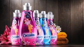 Bouteilles d'adoucissant liquide de Coccolino Photo stock