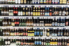Bouteilles d'alcool à vendre sur le support de supermarché Photo libre de droits