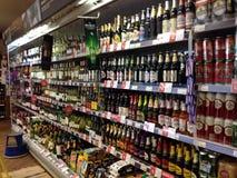 Bouteilles d'alcool dans un coffret d'étalage Images stock