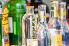 Bouteilles d'alcool sur la barre de boissons à la nourriture Van de rue Images stock