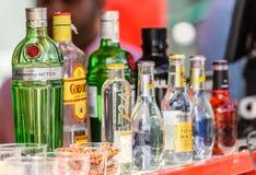 Bouteilles d'alcool sur la barre de boissons à la nourriture Van de rue Photographie stock