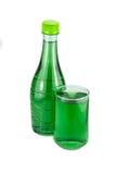 Bouteilles d'eau et chlorophylle en verre images stock