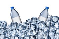 Bouteilles d'eau et glaçons Photo libre de droits