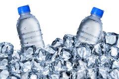 Bouteilles d'eau et glaçons Photographie stock