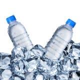 Bouteilles d'eau et glaçons Images stock