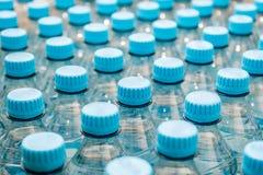 Bouteilles d'eau minérales - bouteilles en plastique Photographie stock libre de droits