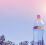 Bouteilles d'eau sur le fond de ciel Photos libres de droits