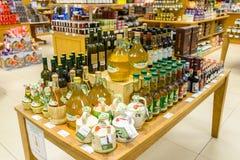 Bouteilles d'huile d'olive au magasin de Jenners à Edimbourg, Ecossais Image stock