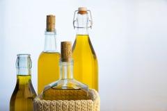 Bouteilles d'huile d'olive sur le fond blanc Photographie stock libre de droits