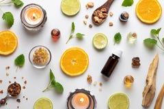 Bouteilles d'huile essentielle avec l'encens, l'hysope, la lavande et d'autres herbes photo stock