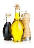 Bouteilles d'huile et au vinaigre d'olive avec le dispositif trembleur de poivre Photographie stock