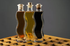 Bouteilles d'huile et de vinaigre balsamique d'olive Photos libres de droits