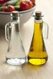 Bouteilles d'huile et de vinaigre d'olive sur une table dans un café Photo stock