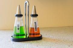 Bouteilles d'huile et de vinaigre d'olive sur une table dans un café Photographie stock