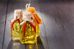 Bouteilles d'huile d'olive vierge supplémentaire avec les herbes aromatiques Photos libres de droits