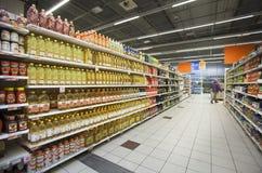Bouteilles d'huile sur les étagères d'un magasin Photographie stock libre de droits