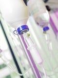 Bouteilles d'infusion avec IV la solution Image stock