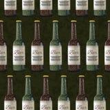 Bouteilles de bière blonde et foncée sur le fond vert, modèle sans couture Photographie stock libre de droits