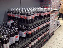 Bouteilles de coca-cola dans un hypermarché Image libre de droits