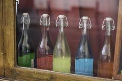 Bouteilles de couleur dans la fenêtre Images libres de droits