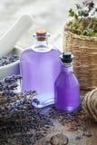 Bouteilles de fleurs d'huile essentielle, de mortier et de lavande images stock