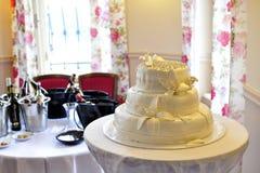 Bouteilles de gâteau de mariage de vin Photographie stock