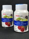 2 bouteilles de gummies quotidiens de multivitamin du ` s d'hommes de CVSHealth Image stock