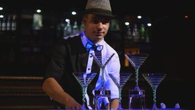 Bouteilles de jonglerie de barman masculin L'exposition de barman, tirs clairs, équipent le barman professionnel Fin vers le haut images libres de droits