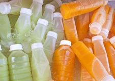 Bouteilles de jus de fruit Photos stock