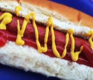 Bouteilles de ketchup et de moutarde à l'arrière-plan Photo stock