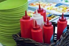 Bouteilles de ketchup et de sauce Images stock