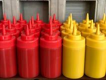 Bouteilles de ketchup et de moutarde à un restaurant Photographie stock libre de droits