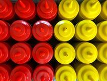 Bouteilles de ketchup et de moutarde rouges et bouteilles jaunes Images stock