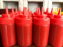 Bouteilles de ketchup de style de restaurant Photos stock