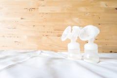 Bouteilles de la pompe de sein automatique avec le lait maternel frais de mère f Images libres de droits