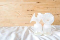 Bouteilles de la pompe de sein automatique avec le lait maternel frais de mère f Photo libre de droits