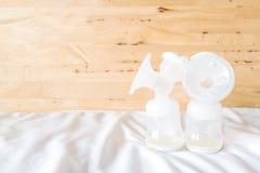 Bouteilles de la pompe de sein automatique avec le lait maternel frais de mère f Image libre de droits