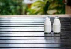 Bouteilles de lait Photo stock
